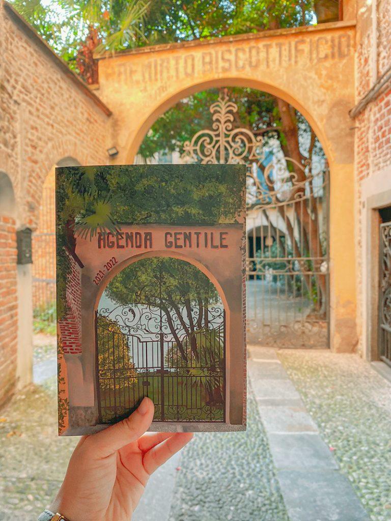 La copertina dell'agenda gentile riprende l'ingresso dell'ufficio di Sara Malaguti che si trova all'interno di un vecchio biscottificio di varese